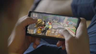 Playing Fortnite on the Galaxy Note 9.