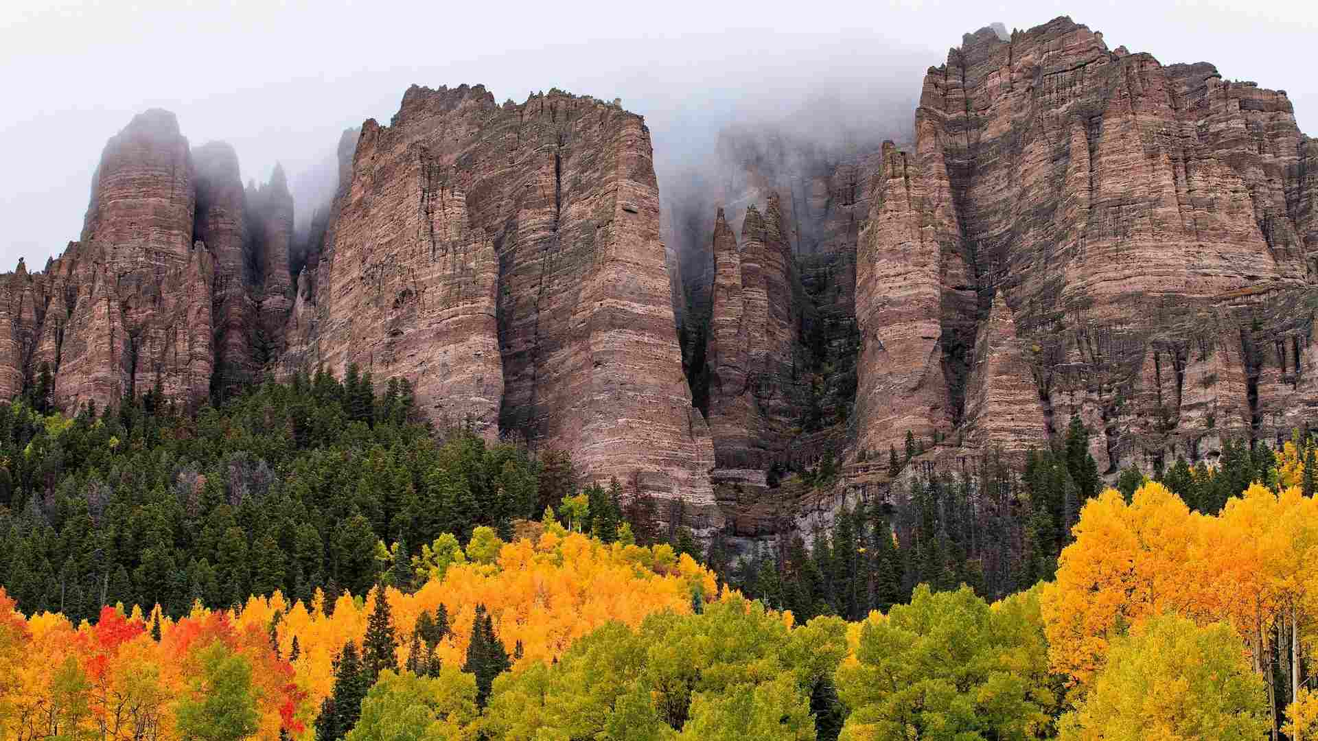 Free autumn wallpaper featuring mountains on a foggy fall morning.