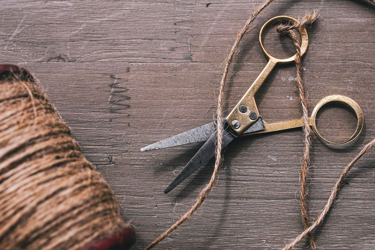 Scissors with a roll of hemp cord.