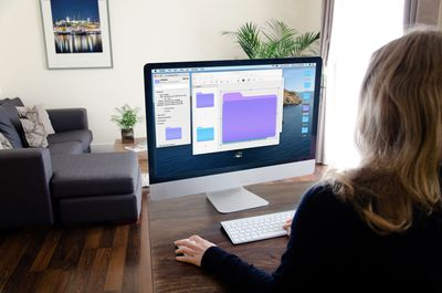 A woman changes the color of her folders on Mac.