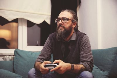 Older Millenial playing classic free games