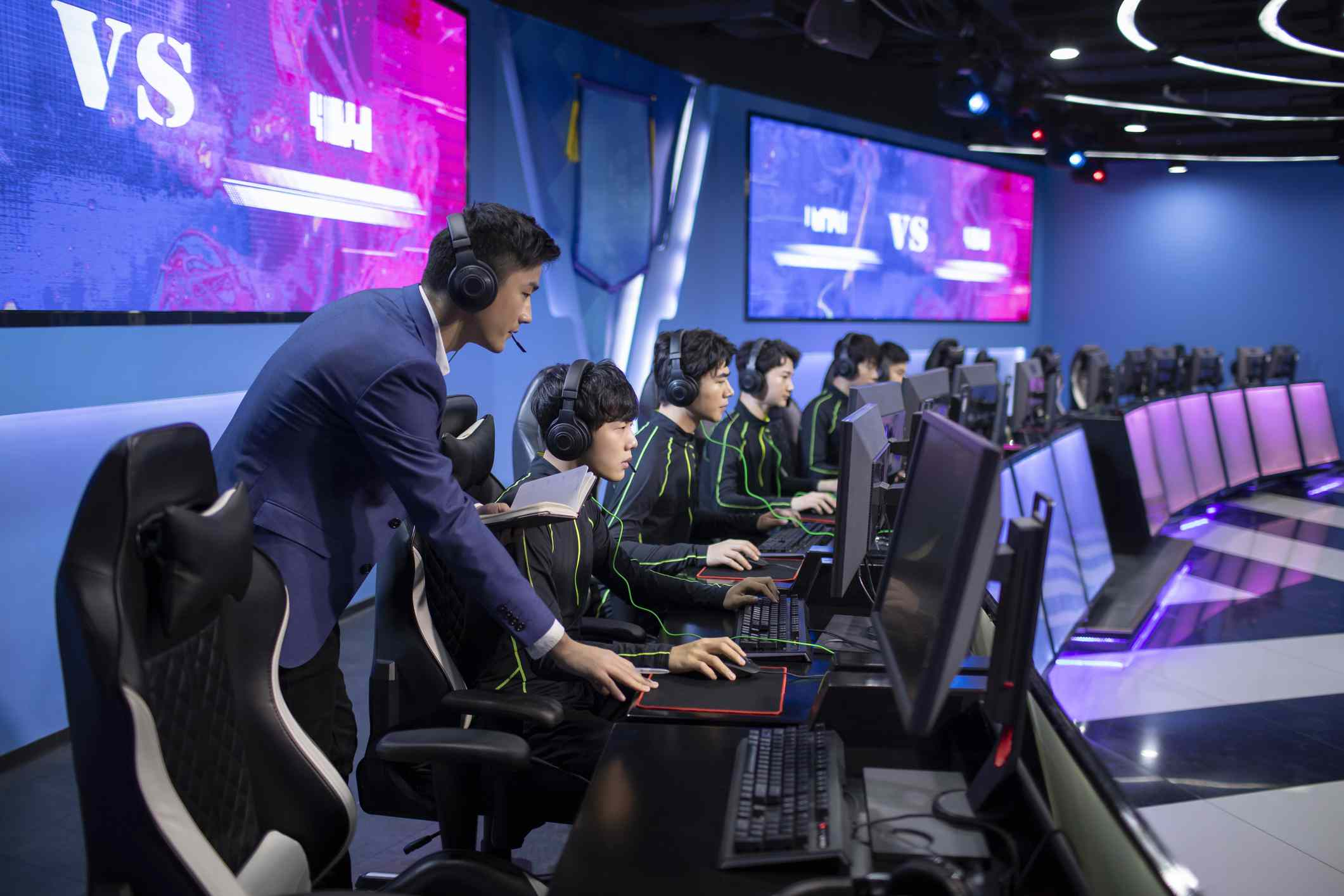 A young person coaching an esports team.