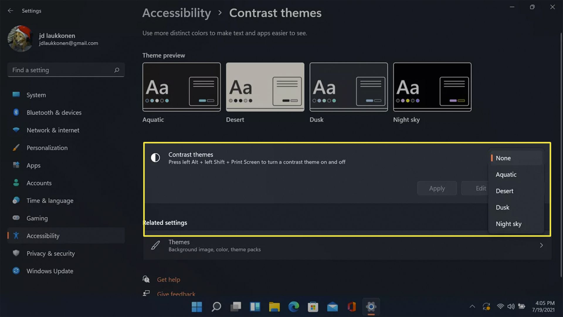 Contrast themes highlighted in Windows accessibility settings.