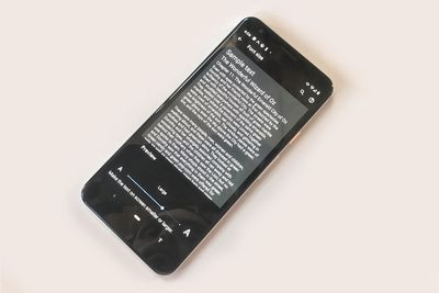 A photo of an Android phone showing the font size setting