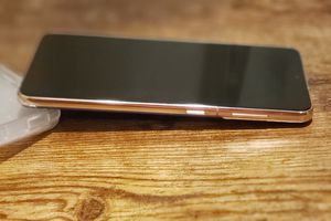 Samsung Galaxy S20 on table - featured image