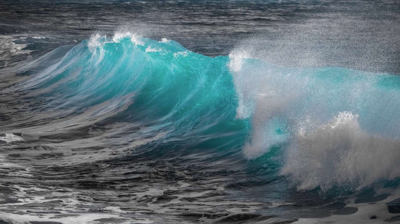 Free ocean wallpaper featuring a turquoise ocean wave