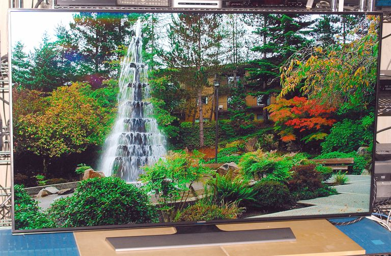 Samsung UN55HU8550 LED/LCD 4K 3D UHD TV - Photo - Front View - Garden