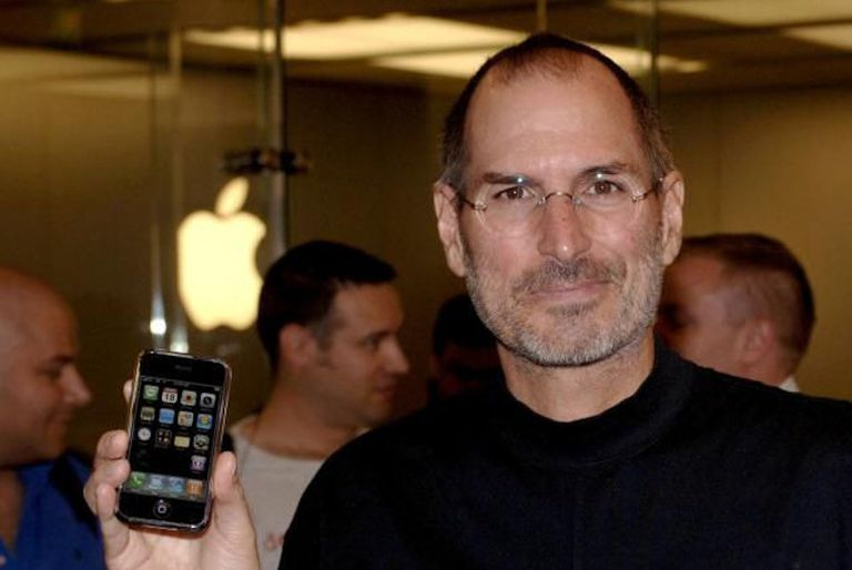 Steve Jobs holding iPhone in Apple Store