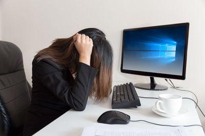 Windows 10 flickers on a desktop monitor.