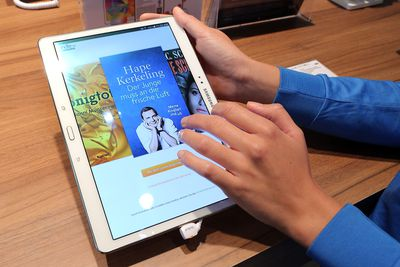 Man using Kindle at a Frankfurt Book Fair
