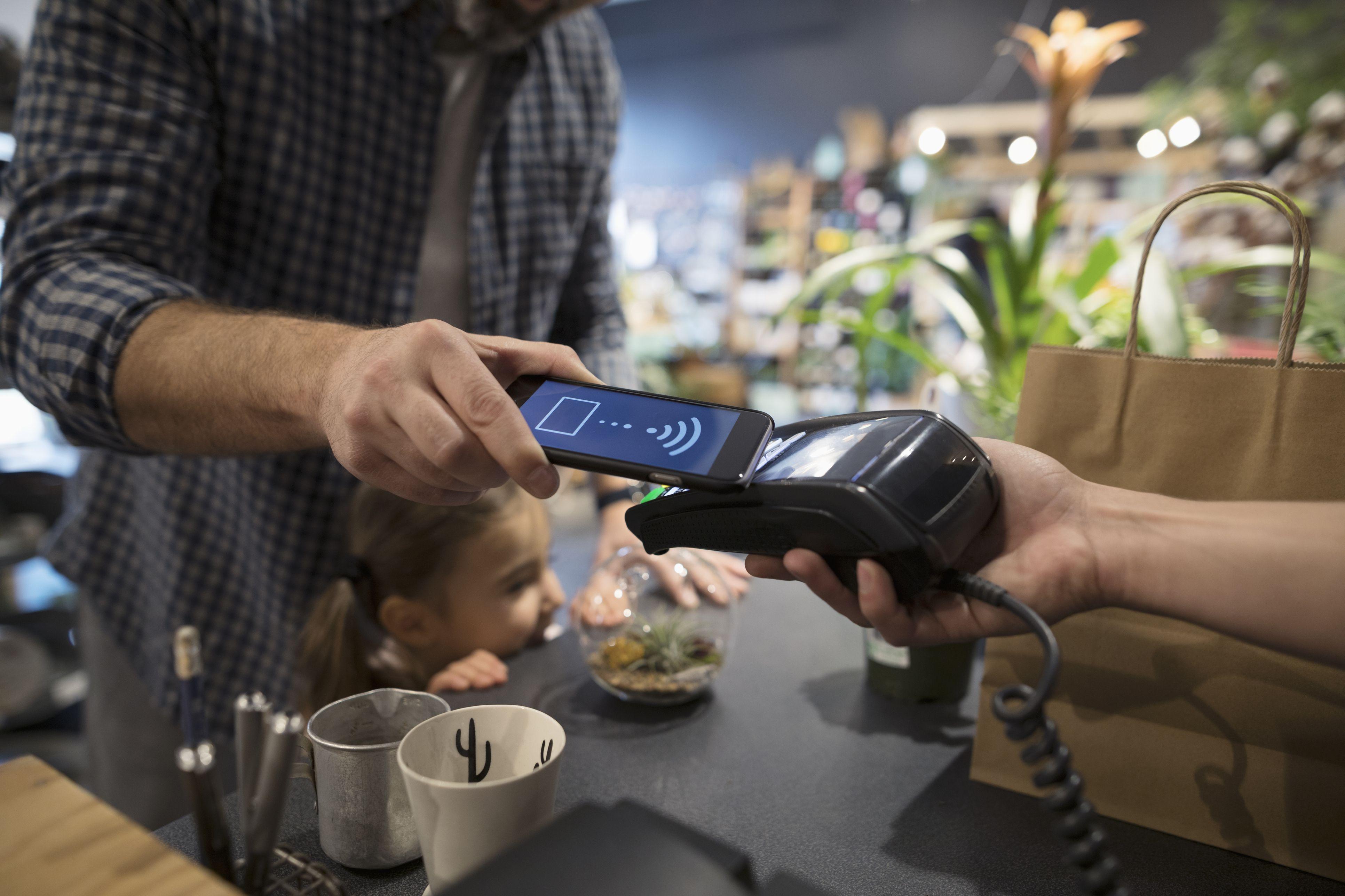 Как Apple Pay и Samsung Pay меняют платежный бизнес – ВЕДОМОСТИ