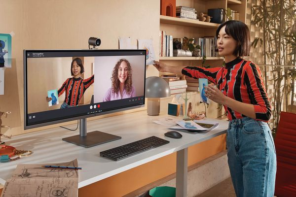Creator using HP Envy 34-inch All-In-One Desktop to communicate