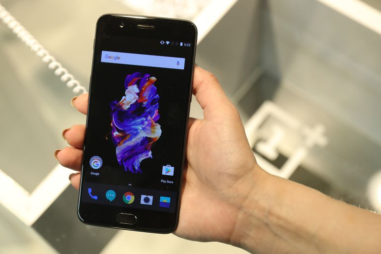 OnePlus 5 smartphone running OxygenOS