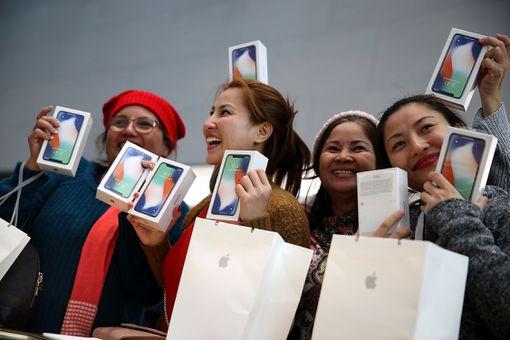 women with new iphones