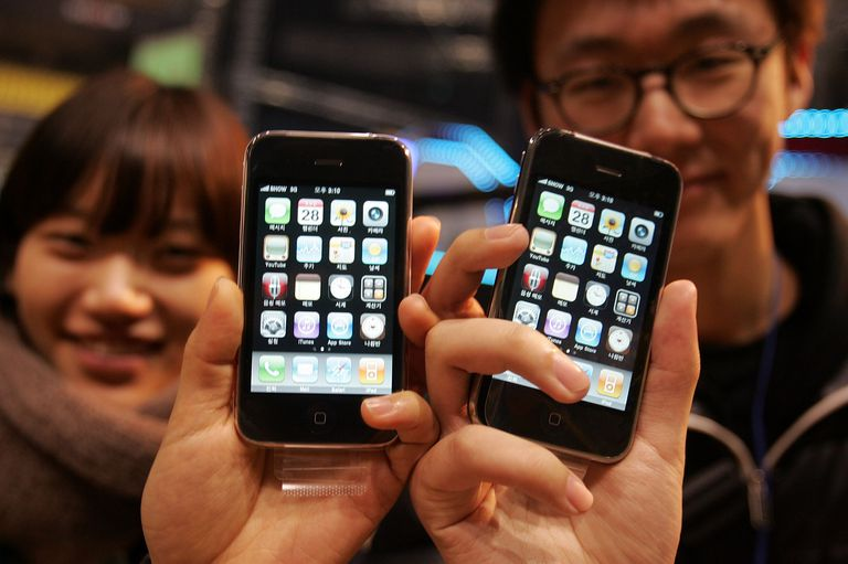 Man and woman holding iPhone 3GS