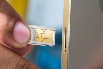 How to remove an iPhone sim card