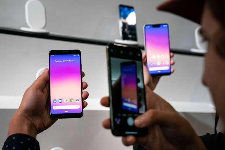 People holding a Google Pixel 3 phone.