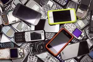 pile of old smartphones and cell phones that can be sold for cash