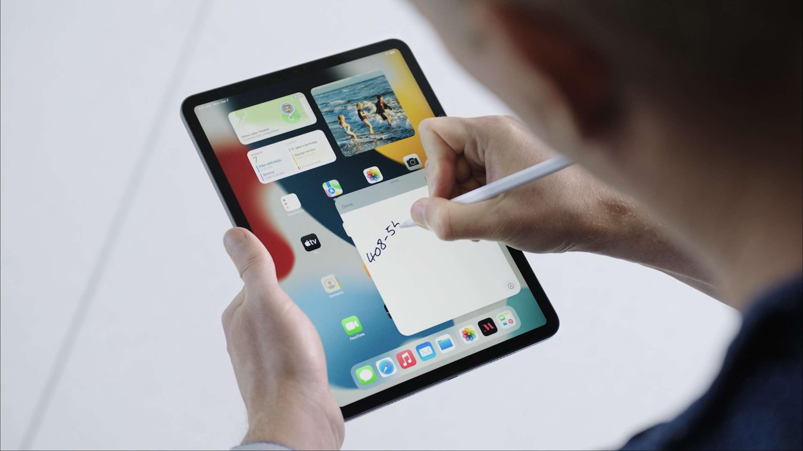 Someone takes notes on iPadOS 15