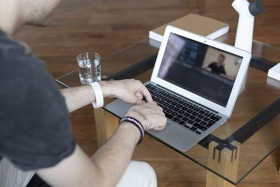 A man takes a screenshot on his Mac.
