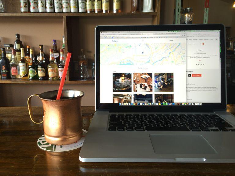 Laptop online wi-fi at bar