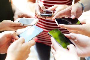 Peers holding smart phones