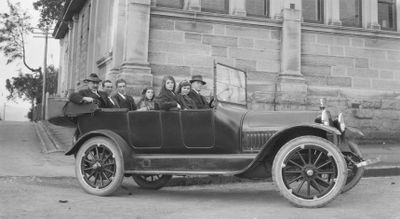 Black & white photo, family of 7 riding in a convertible circa 1918