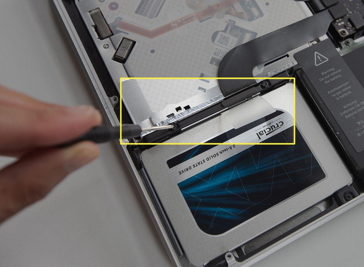 Tightening the hard drive bracket in a MacBook Pro