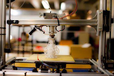 3D Printer producing latice structure vase