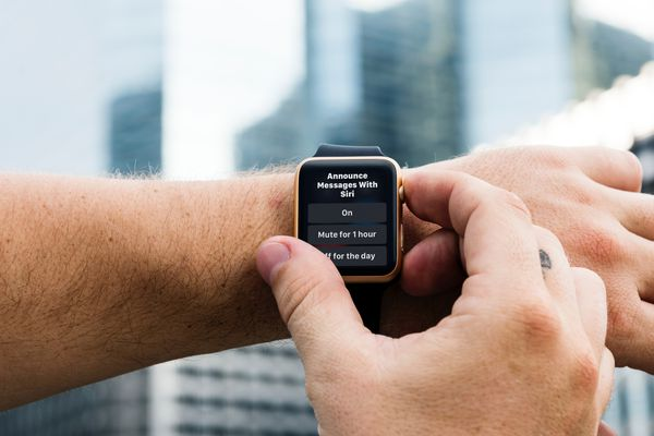 Someone Adjusting the setting for Announce Messages with Siri on an Apple Watch.