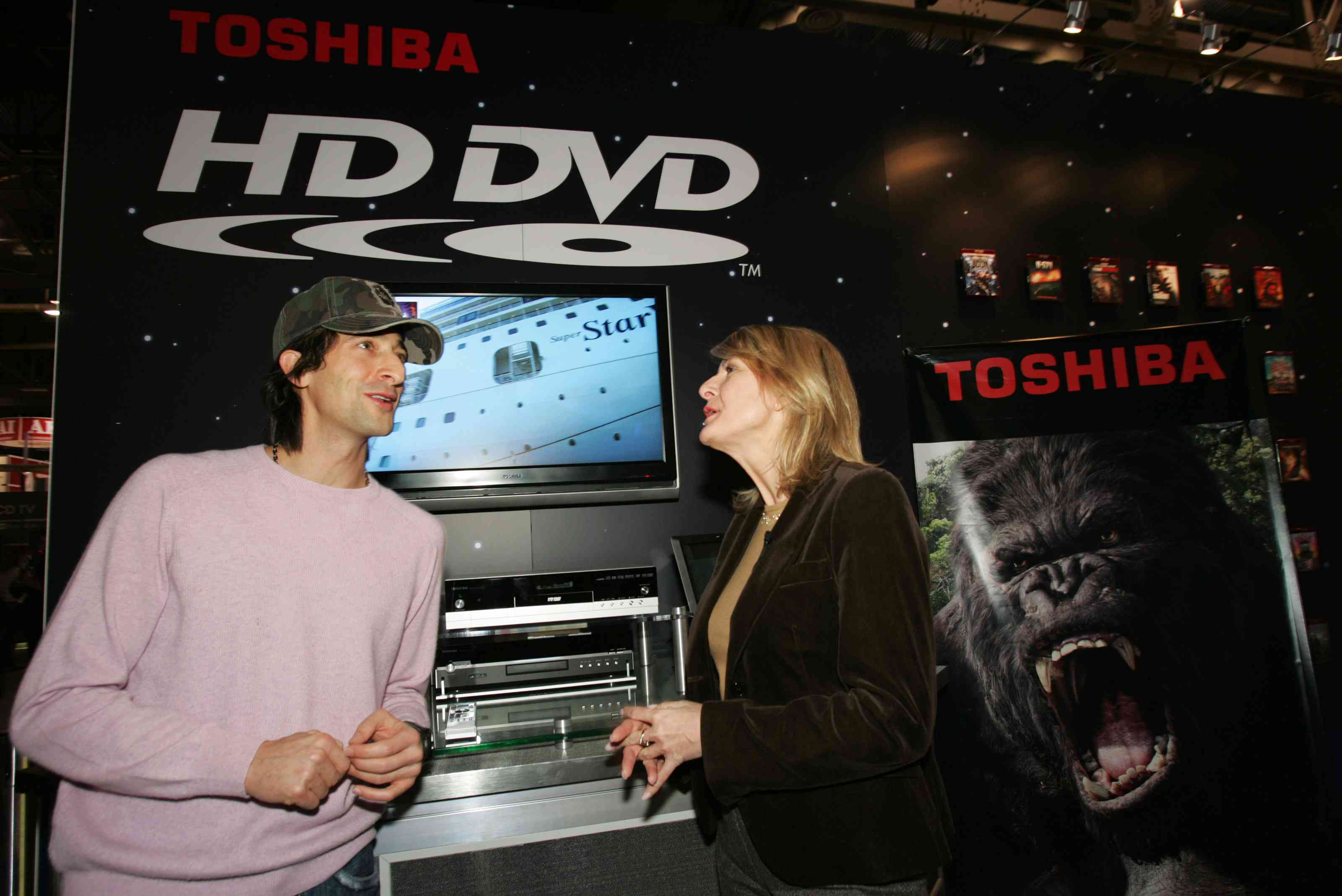 Adrien Brody and Jodi Sally talking at HD-DVD booth, CES 2007
