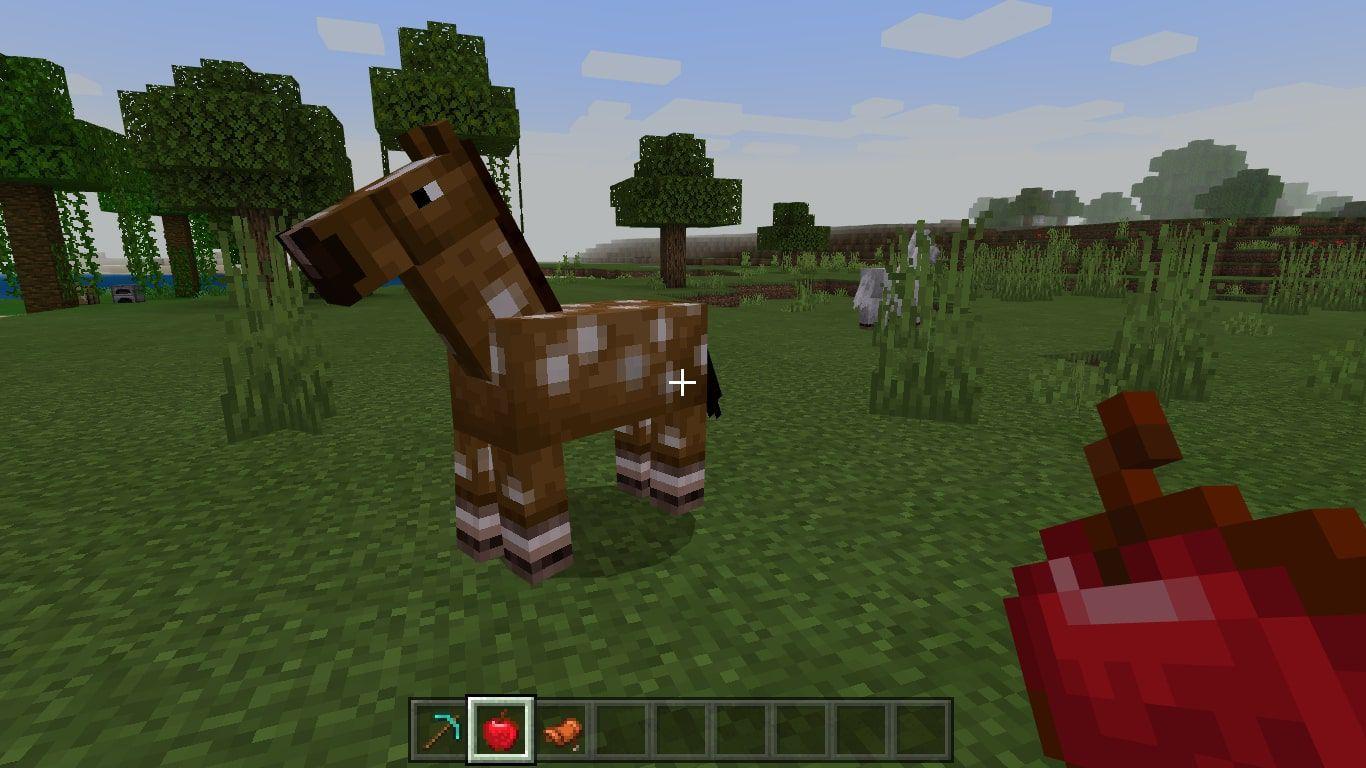 Feeding a horse apples in Minecraft