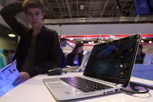 HP Laptop at trade show with confused onlooker