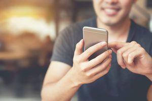 Man using Samsung phone to make a screen recording