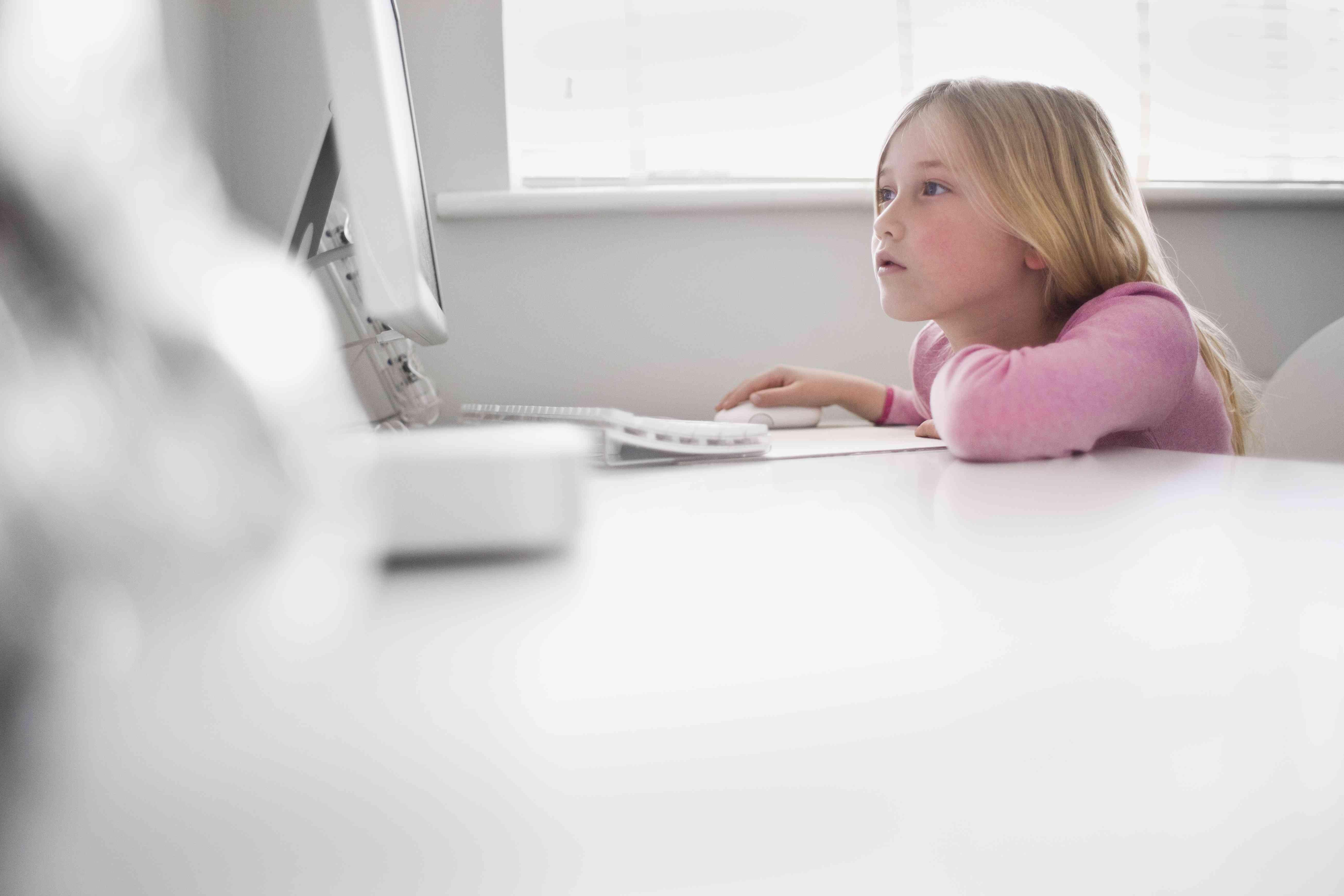 junk food ads online - girl on computer