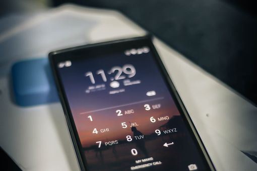 Lock screen with PIN entry on a OnePlus One Android phone.