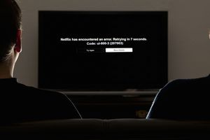 A TV displaying the Netflix error code ui-800-3.