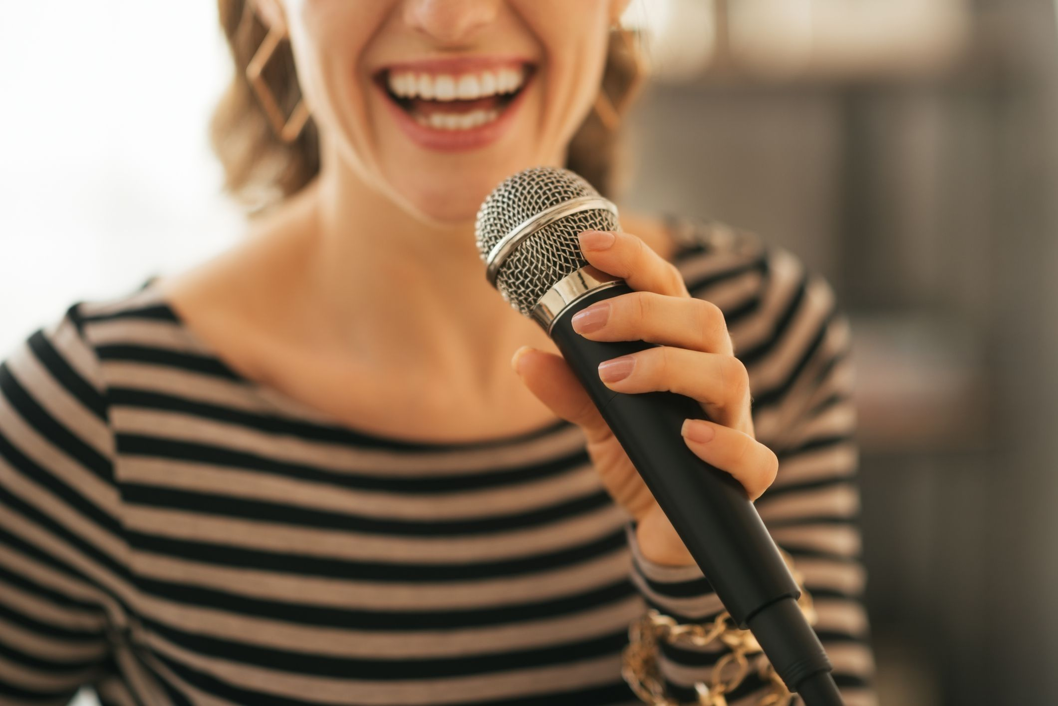 How To Throw A Karaoke At Home Party With Stereo System Mic Wireless Microphone Hifi Speaker Sing Song